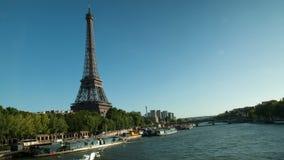 Timelapse av Eiffeltorn och Seinen med fartyg stock video
