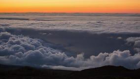 Timelapse av en solnedgång med molninflyttning bergvulkan Teide, Tenerife, kanariefågelöar arkivfilmer