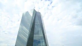 Timelapse av flyttningen fördunklar över en skyskrapa, Frankfurt - f.m. - strömförsörjningen, Tyskland arkivfilmer