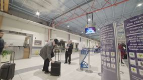 Timelapse av folk i linjen för flygplatssäkerhetskontroll lager videofilmer