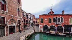 Timelapse av folk trafikerar runt om kanalen och hus i Venedig Italien 4K arkivfilmer