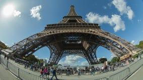 Timelapse av folk trafikerar vid Eiffeltorn mot himlen, Paris arkivfilmer