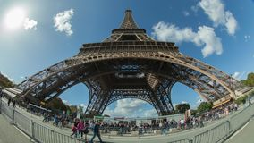 Timelapse av folk trafikerar vid Eiffeltorn mot himlen, Paris lager videofilmer