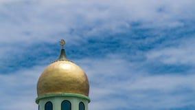 Timelapse av guld- Crescent Moon på minaret av den islamiska moskén Muslimskt symbol på bakgrund för blå himmel för dag med flytt arkivfilmer