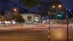 Timelapse av intensiv vägtrafik i natten Hanoi, Vietnam stock video