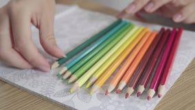 Timelapse av kulöra blyertspennor, som visas en och en, på vitbokbakgrund med konstmålning Olika färger av lager videofilmer