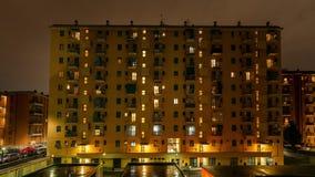 Timelapse av lägenhetfönstersolnedgången till natten Byggande stad för italienare för fasadtidschackningsperiod Dag till nattetid stock video