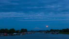 Timelapse av moln med fullmånen som stiger över Mt Huv längs Columbia River 4k stock video