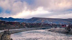 Timelapse av moln och floden i aftonen på Yarchen Gar Monastery i Sichuan arkivfilmer