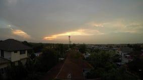 Timelapse av moln och solen, rörelse av orange himmel och moln bakgrund, för solnedgång lager videofilmer