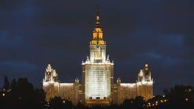 Timelapse av Moskvadelstatsuniversitetbyggande som är upplyst på natten, Moskva Ryssland stock video