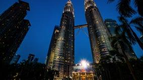 Timelapse av närbildskottKuala Lumpur ` s Petronas står högt på solnedgången 4K Lutande upp stock video
