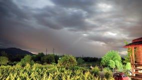 Timelapse av natthunderstorm mot bakgrunden av vingårdar i den Alazani dalen lager videofilmer