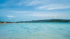 Timelapse av Seascape med Crystal Clear Turquoise Water på Sunny Day tropisk fjärdö stock video
