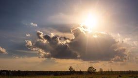 Timelapse av solen rays att dyka upp till och med fluffiga moln, f?rtroende och hopp, himmel lager videofilmer