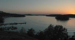 Timelapse av solnedgången över den härliga Vinterviken sjön i Stockholm arkivfilmer