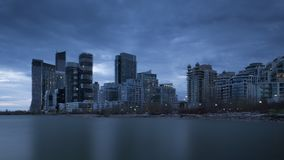 Timelapse av solnedgången över höga löneförhöjningbyggnader och skyskrapor för cityscape vid Lake Ontario lager videofilmer