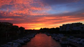 Timelapse av solnedgången på porten av Gruissan i Aude, Frankrike lager videofilmer