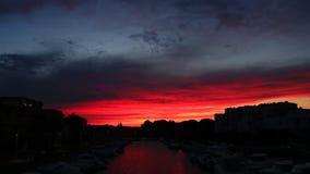 Timelapse av solnedgången på porten av Gruissan i Aude, Frankrike arkivfilmer