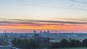 Timelapse av soluppgång över den Luxembourg staden under sommar lager videofilmer
