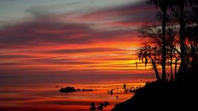 Timelapse av soluppgång över floden stock video