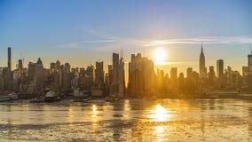 Timelapse av soluppgång över Manhattan horisont lager videofilmer