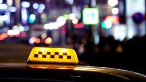 Timelapse av stadstrafik på natten bak taxitecken stock video