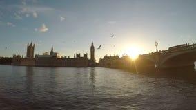 Timelapse av Thames River Big Ben hus av parlamentet och den Westminster bron på dragningen för solnedgångLondon turism - arkivfilmer