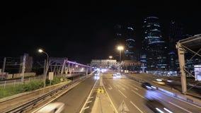 Timelapse av transportmetropolisen, trafik och oskarpa ljus arkivfilmer