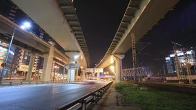 Timelapse av transportmetropolisen, trafik och oskarpa ljus stock video