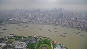 Timelapse av ?tskilliga pr?m som seglar l?ngs floden till och med Shanghai porslin shanghai arkivfilmer