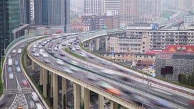 Timelapse av upptagen trafik ?ver planskilda korsningen i den moderna staden, Shanghai, Kina arkivfilmer