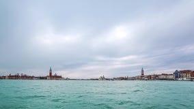 Timelapse av vattentaxi- och busstrafik framme av San Marco Square i Laguna Veneta Venedig Italien 4K arkivfilmer
