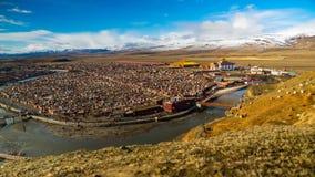 Timelapse av Yarchen Gar Monastery i morgonen lager videofilmer