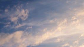 Timelapse avec des nuages déplaçant 4k, des nuages mobiles et le laps de temps de ciel bleu clips vidéos