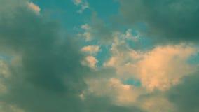 Timelapse avec flotter les nuages blancs et gris clips vidéos