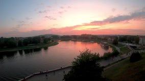 Timelapse avec la vue panoramique du fleuve Vistule au temps de coucher du soleil à Cracovie banque de vidéos