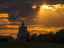 Timelapse avec les nuages courants et la lumière du soleil au coucher du soleil à l'arrière-plan d'une église orthodoxe russe banque de vidéos