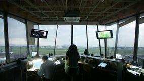 Timelapse backlit al di giorno/Timelapse dell'aeroporto un'en el aeropuerto de dÃa del contraluz stock footage