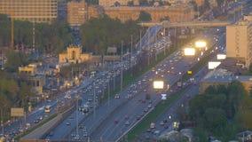 Timelapse Bardzo intensywny ruch drogowy na ulicach miasto W wieczór czasie droga szeroka Widok od odgórnego punktu zbiory
