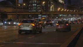 Timelapse Bardzo intensywny ruch drogowy na ulicach miasto W wieczór czasie Jeden droga przechodzi pod inny zbiory wideo