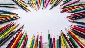 Timelapse barwioni ołówki i biały papier na drewnianym tle Zatrzymuje ruch animację zdjęcie wideo