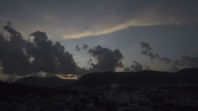 Timelapse betrekt over landschap van Phuket-Stadsstad, Thailand - 4k video stock videobeelden