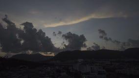 Timelapse bewölkt sich über Landschaft der Phuket-Stadtstadt, Thailand - Video 4k stock video footage