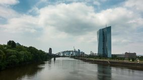 Timelapse - Bewegende wolken over cityscape van Frankfurt stock video