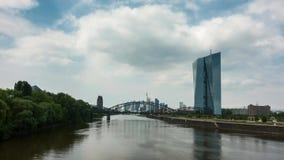 Timelapse - bewegliche Wolken über dem Stadtbild von Frankfurt stock video
