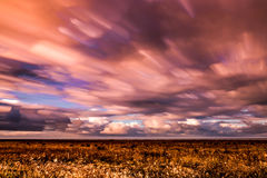 Timelapse-Bewegung von Wolken über Marschland Stockbild