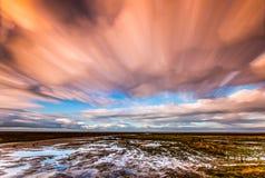 Timelapse-Bewegung von Wolken über Marschland Stockfoto