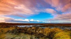 Timelapse-Bewegung von Wolken über Marschland Stockfotos