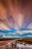Timelapse-Bewegung von Wolken über Marschland mit einer Bahn Lizenzfreies Stockbild